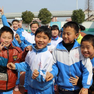 Niños en una de las escuelas donde trabajan nuestros voluntarios en China.